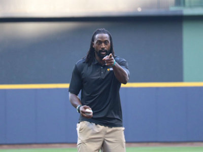 Ex-Bears player throws out first pitch at Wrigley Field North, er, Miller Park