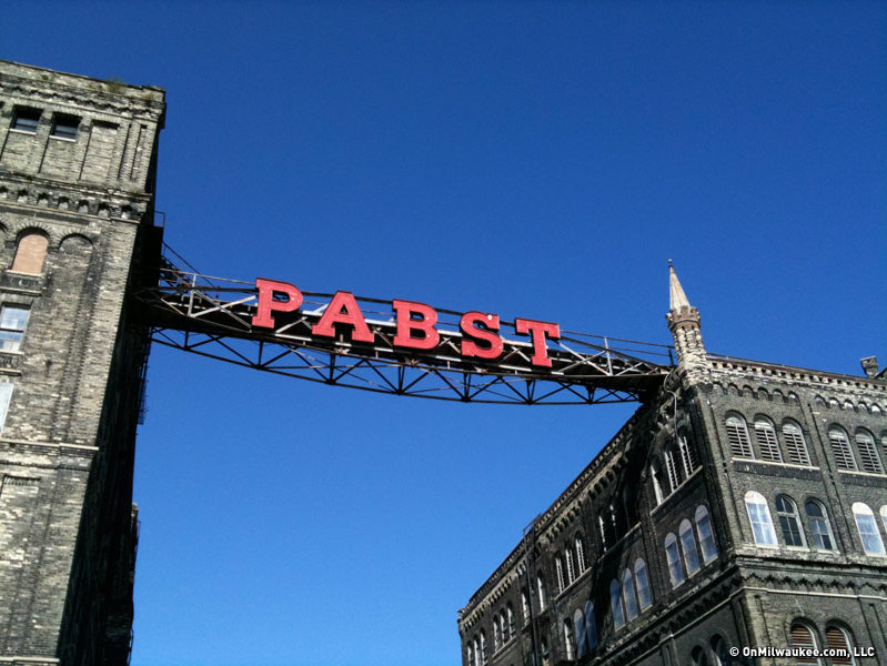 The old Pabst sign is still a beacon that beckons to points east. (PHOTO: Bobby Tanzilo)