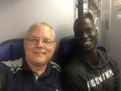Tall Bucks player Thon Maker does nice thing on crowded United flight Image