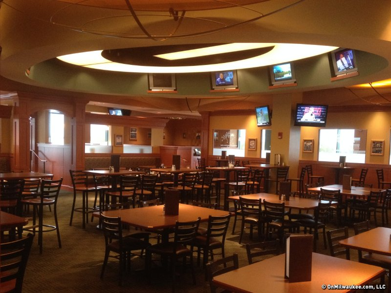 Onmilwaukee Com Dining Curly S Pub In Lambeau Field Is A