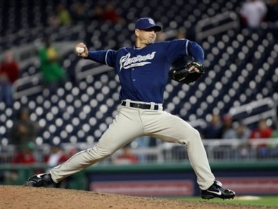 Brewers reach agreement with closer Hoffman