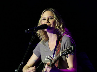 Jennifer Nettles and company burn hot at CMT's Next Women of Country tour