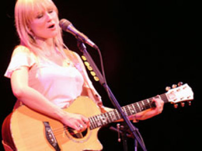 Flying solo, Jewel shines at Pabst Theater Image