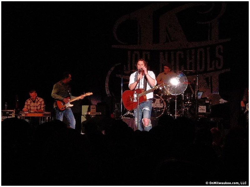 Joe Nichols delivers a hot, sweet, true-country performance at The Rave -  OnMilwaukee