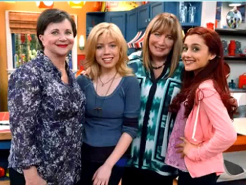 "Penny Marshall and Cindy Williams appear with Jennette McCurdy and Ariana Grande on ""Sam & Cat"" on Nickelodeon."