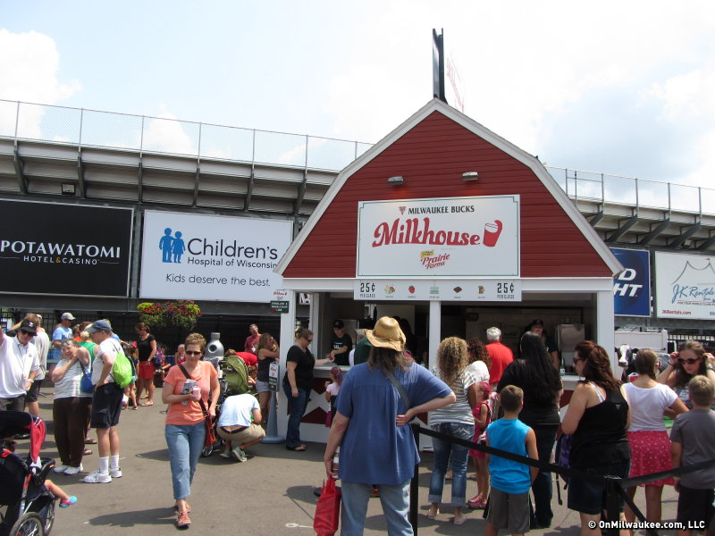 Fairgoers line up at the Milwaukee Bucks Milk House, which is now presented by Prairie Farms.