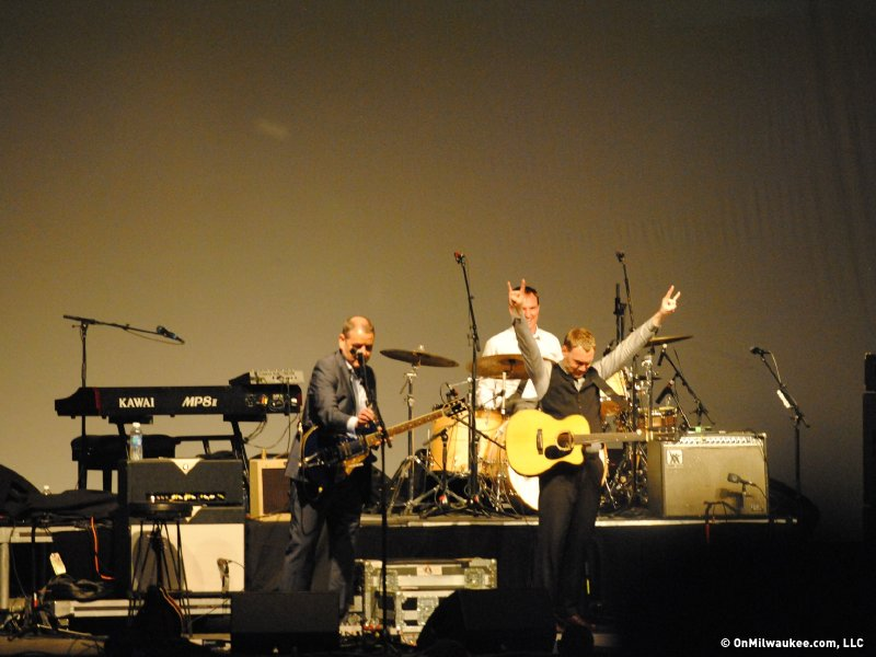 David Gray reaches for audience, rocks out. (Photo by Royal Brevväxling)