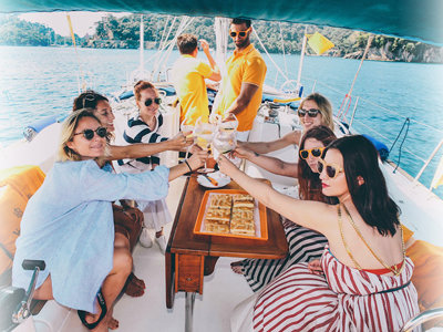 Bubbly Veuve Clicquot floats this Milwaukee boat cru-ise
